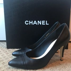 CHANEL Pumps with cc emblem on heel